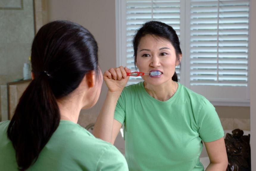 Cả trăm triệu vi khuẩn trên bàn chải đánh răng - Ảnh 1