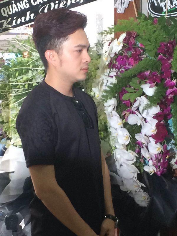 Nam ca sĩ Nam Cường cũng đến thắp hương cho người bạn của mình