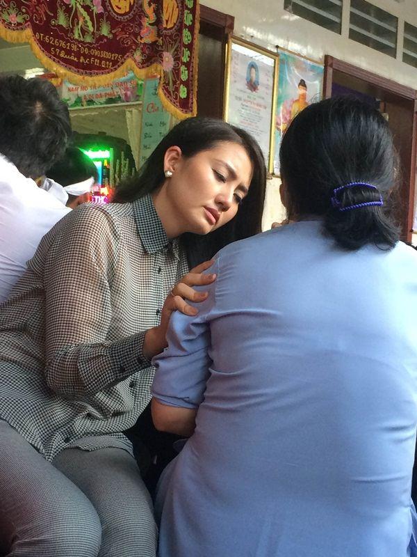 Nữ diễn viên Ngọc Lan an ủi và động vien mẹ của Duy Nhân