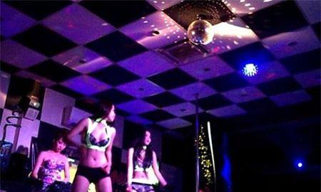 Nhảy múa khêu gợi để câu khách tại café DJ