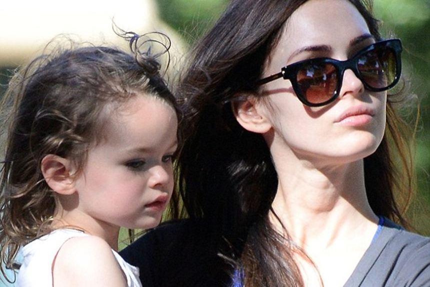 Con trai Megan Fox xinh như con gái với mái tóc xoăn dài