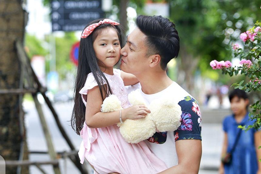 Ngắm ông bố điển trai và cô con gái dễ thương nhất Bố ơi mình đi đâu thế?