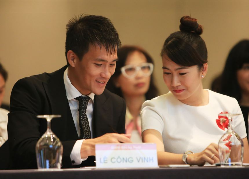 Vắng vợ Thủy Tiên, Công Vinh thân mật cùng MC Thanh Thảo