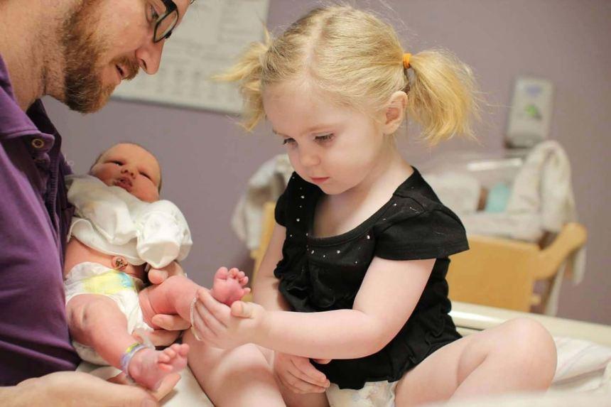 """Việc bố mẹ cần làm để chống """"sốc"""" cho con đầu khi sinh con thứ"""