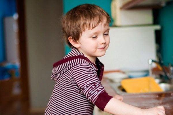 Tôi đã dạy con trai 3 tuổi làm việc nhà thế nào