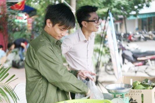 Bất ngờ với hình ảnh Lệ Rơi đứng bán ổi ở Hà Nội