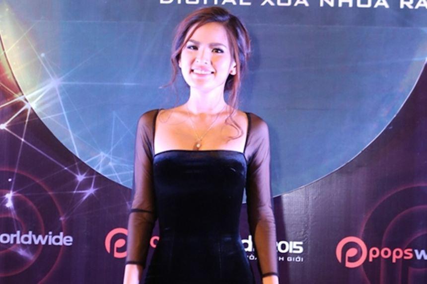 Hot girl Phi Huyền Trang khoe vòng 1 sexy trên thảm đỏ