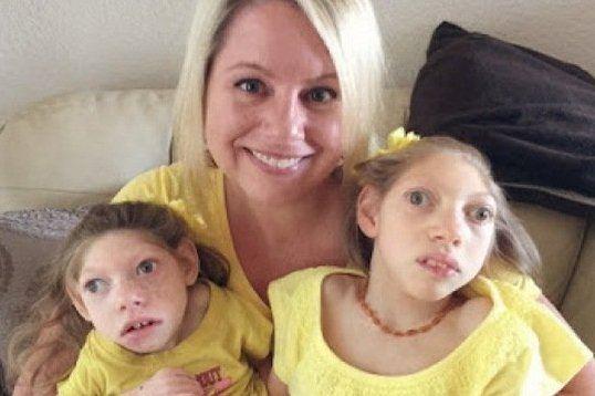Cảm động tình yêu của người mẹ Mỹ với 2 con teo não