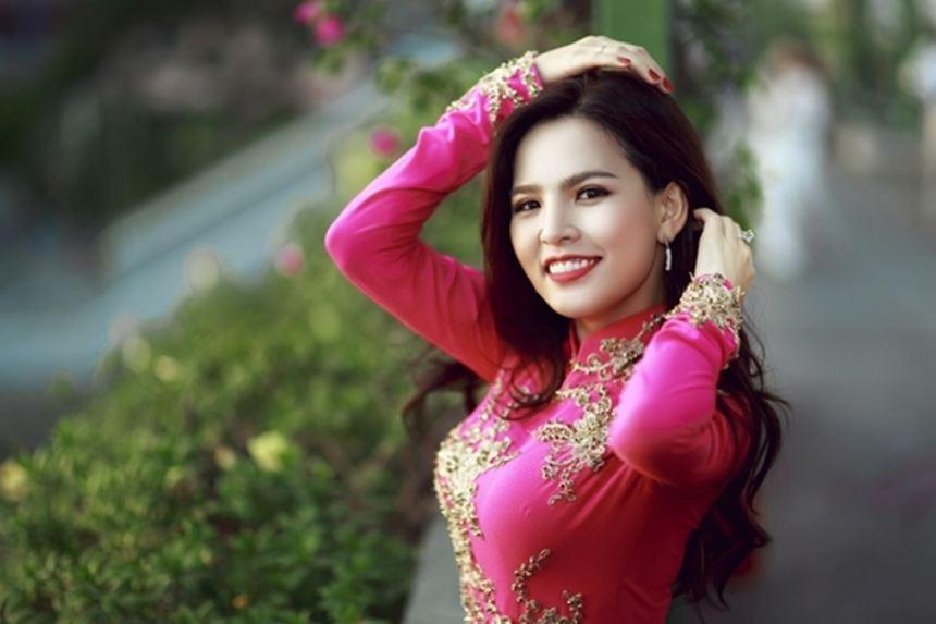 Phi Huyền Trang khoe vẻ đẹp nền nã trong tà áo dài đón xuân