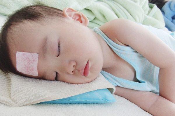 Đây là cách bố mẹ cần làm để cứu mạng con khi bé bị sốt cao và co giật