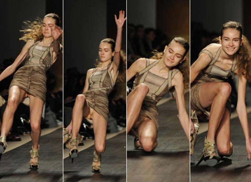 """""""Vồ ếch"""", tụt váy... và những tai nạn khó quên của các siêu mẫu"""