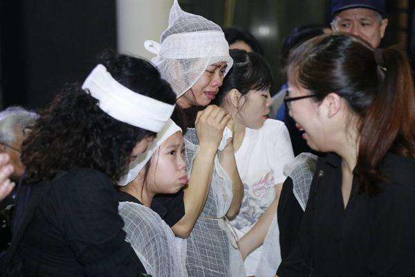 Clip: Gia đình, bạn bè khóc hết nước mắt tiễn đưa Trần Lập