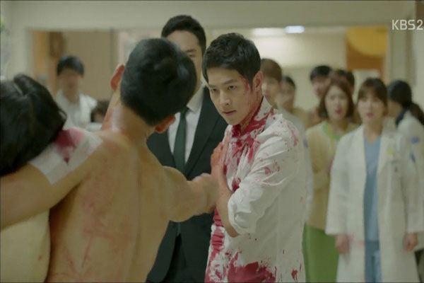 """Khán giả há hốc mồm vì khả năng """"bất tử"""" của Song Joong Ki trong """"Hậu Duệ Mặt Trời"""""""