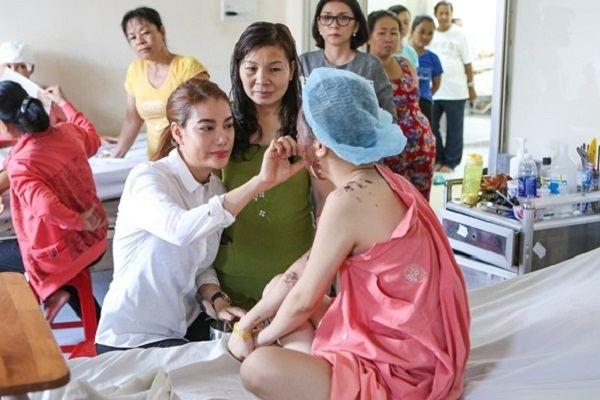 Ngọc Ánh tặng nữ sinh bị tạt axít gói phẫu thuật 300 triệu
