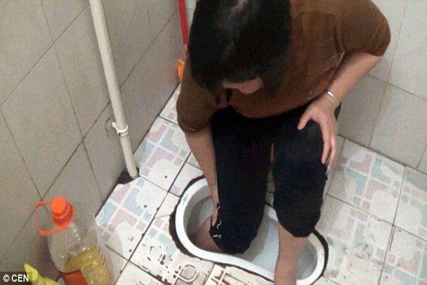 Hy hữu: Người phụ nữ bị kẹt chân trong...bồn cầu