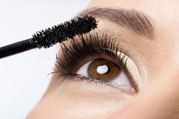 3 lỗi vặt vãnh khiến mascara của bạn bị lem, vón cục không đều