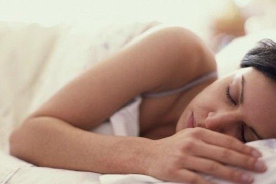 Hoảng hồn khi tờ mờ sáng trở về thấy vợ nằm rũ rượi cạnh giường