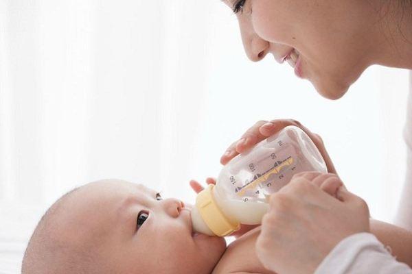 """3 lưu ý """"sống còn"""" khi pha sữa công thức cho bé"""