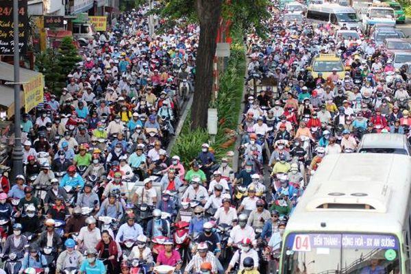Người dân ùn ùn về quê, đường phố <a taget='_blank' data-cke-saved-href='http://phunuvagiadinh.vn/tag/Sai-Gon' href='http://phunuvagiadinh.vn/tag/Sai-Gon'><i>Sài Gòn</i></a> kẹt cứng