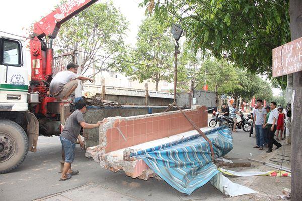Vợ gọi vào nhà, chồng may mắn thoát tấm bê tông 4 tấn đè - Ảnh 1