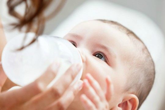 """Lỗi pha sữa công thức sai mẹ """"hại"""" con chậm lớn"""