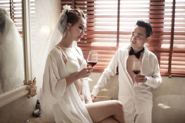 Cặp đôi Sài Gòn diện nội y táo bạo chụp ảnh cưới