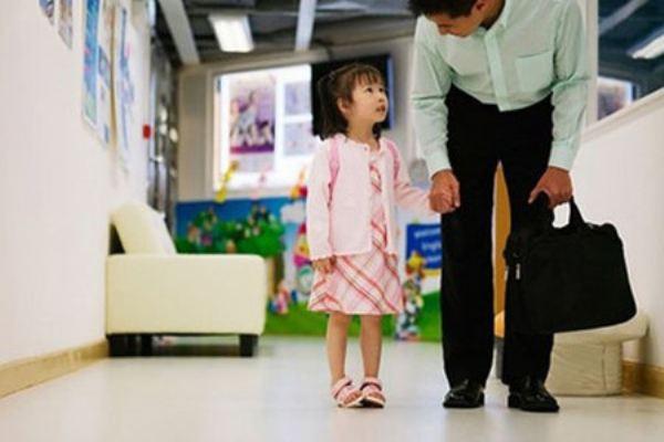 Mẹ nên làm gì khi bé quấy khóc không chịu đến trường