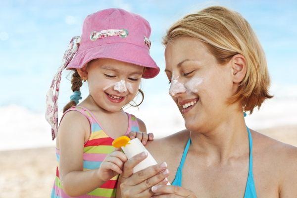 Nguy hại vô cùng khi mẹ dùng kem chống nắng sai cách cho con