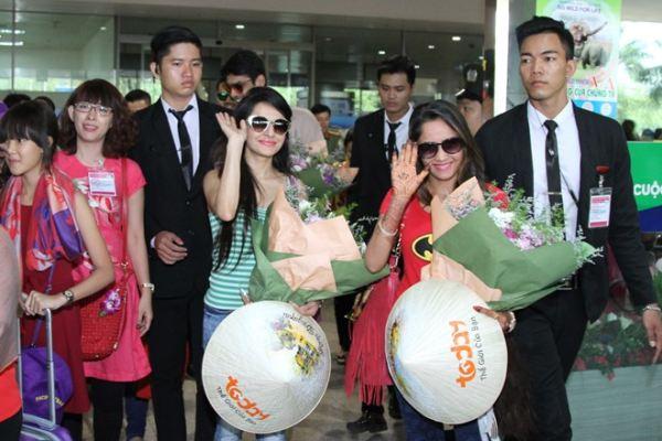 Dàn sao 'Cô dâu 8 tuổi' mặc giản dị ở sân bay Tân Sơn Nhất