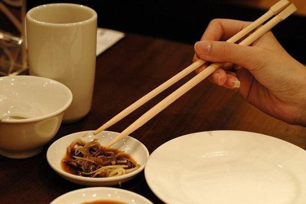 Người Việt ăn uống 'chung đụng' dễ nhiễm khuẩn gây ung thư dạ dày