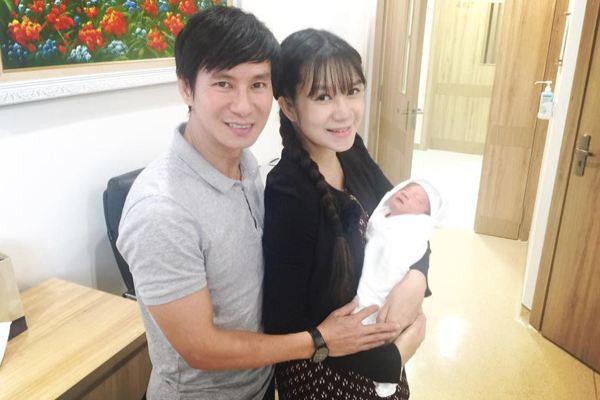 Lý Hải hạnh phúc đón vợ và con trai mới xuất viện