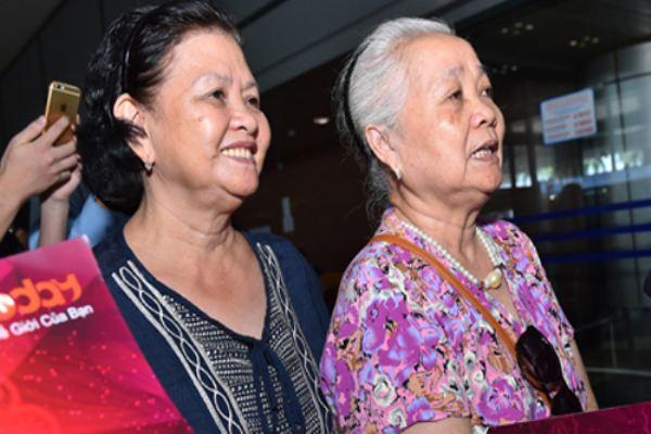 Người hâm mộ cao tuổi đón đợi dàn sao 'Cô dâu 8 tuổi' ở Hà Nội