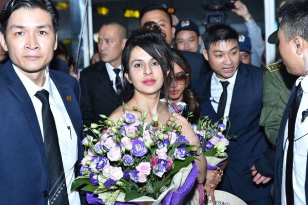 Dàn sao 'Cô dâu 8 tuổi' bị khán giả 'bủa vây' tại sân bay Nội Bài