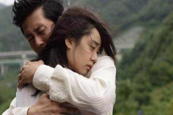 Vợ chồng ôm nhau khóc nức nở trước ngày ly hôn...