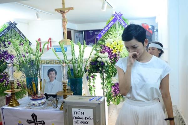 Nghệ sĩ Việt khóc thương khi tới viếng Minh Thuận
