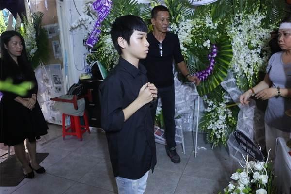 Con nuôi Minh Thuận lặng người, thắp nhang tiễn biệt cha