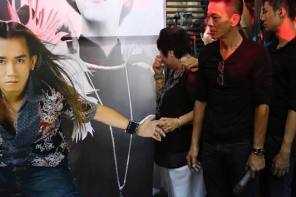Mẹ nuôi nắm chặt hình ảnh bàn tay của Minh Thuận khi nghe anh hát