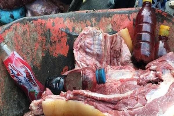 Bắt quả tang gian thương dùng huyết lợn 'phù phép' thịt lợn thối thành thịt tươi mới