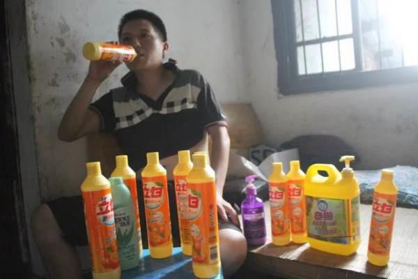 Chàng trai mắc bệnh lạ, mỗi lần uống hết nửa chai nước tẩy rửa - Ảnh 1