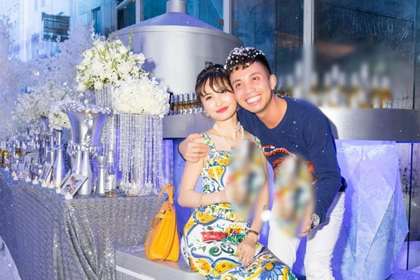 'Thiếu gia' Minh Nhựa không tiếc tiền mang tuyết Bắc Cực về tổ chức sinh nhật cho vợ