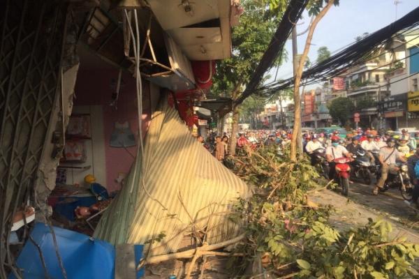 Xe container mất lái ủi vào nhà dân ở Sài Gòn