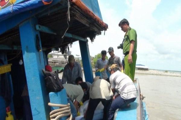 Hầm máy tàu cá bốc cháy, 2 người thương vong