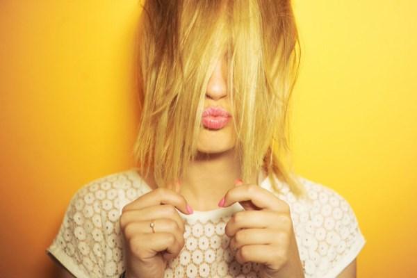 Nhúng vài sợi tóc vào chén nước, thấy hiện tượng này là tóc đã quá yếu rồi đấy nhé