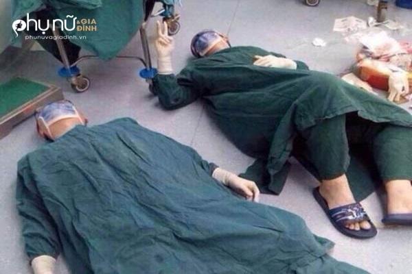 Bức ảnh chấn động mạng: Bác sĩ gục ngã vì kiệt sức sau ca mổ 32 tiếng