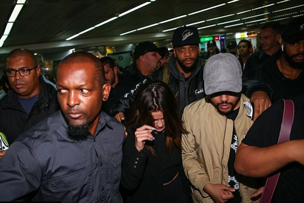 Selena Gomez và bạn trai gây náo loạn ở sân bay Sao Paulo