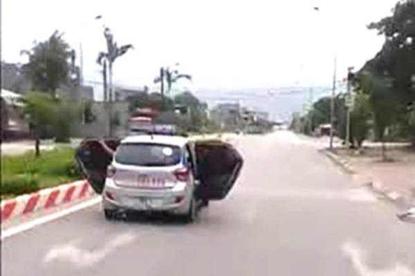Xe taxi mở bung hai cánh cửa để chở người đi cấp cứu