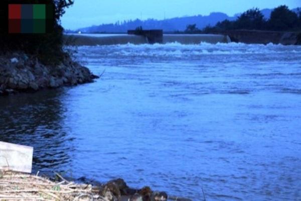 Phát hiện thi thể bé gái mới sinh dưới bờ sông