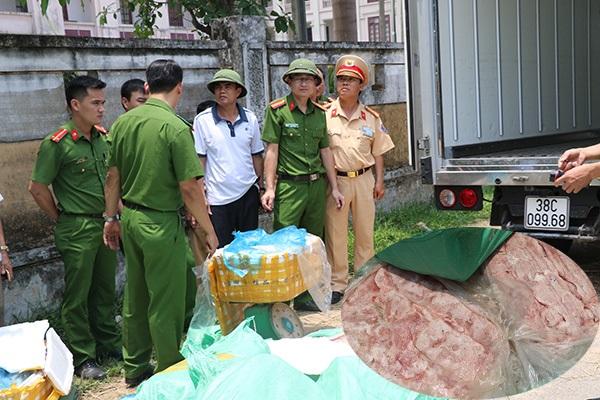 Hãi hùng phát hiện 5 tấn thực phẩm bốc mùi hôi thối trên đường vào Nam