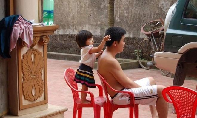 """""""Bố chỉ cần ngồi im một chỗ, tóc sâu tóc bạc để con gái lo!"""""""