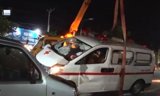 Xe cấp cứu tông chết người đi bộ